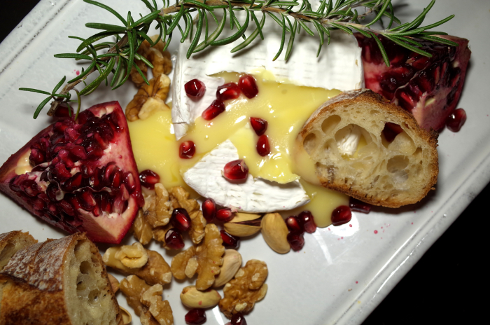 R0055380_baked camembert cheese with pomegranate&walnuts